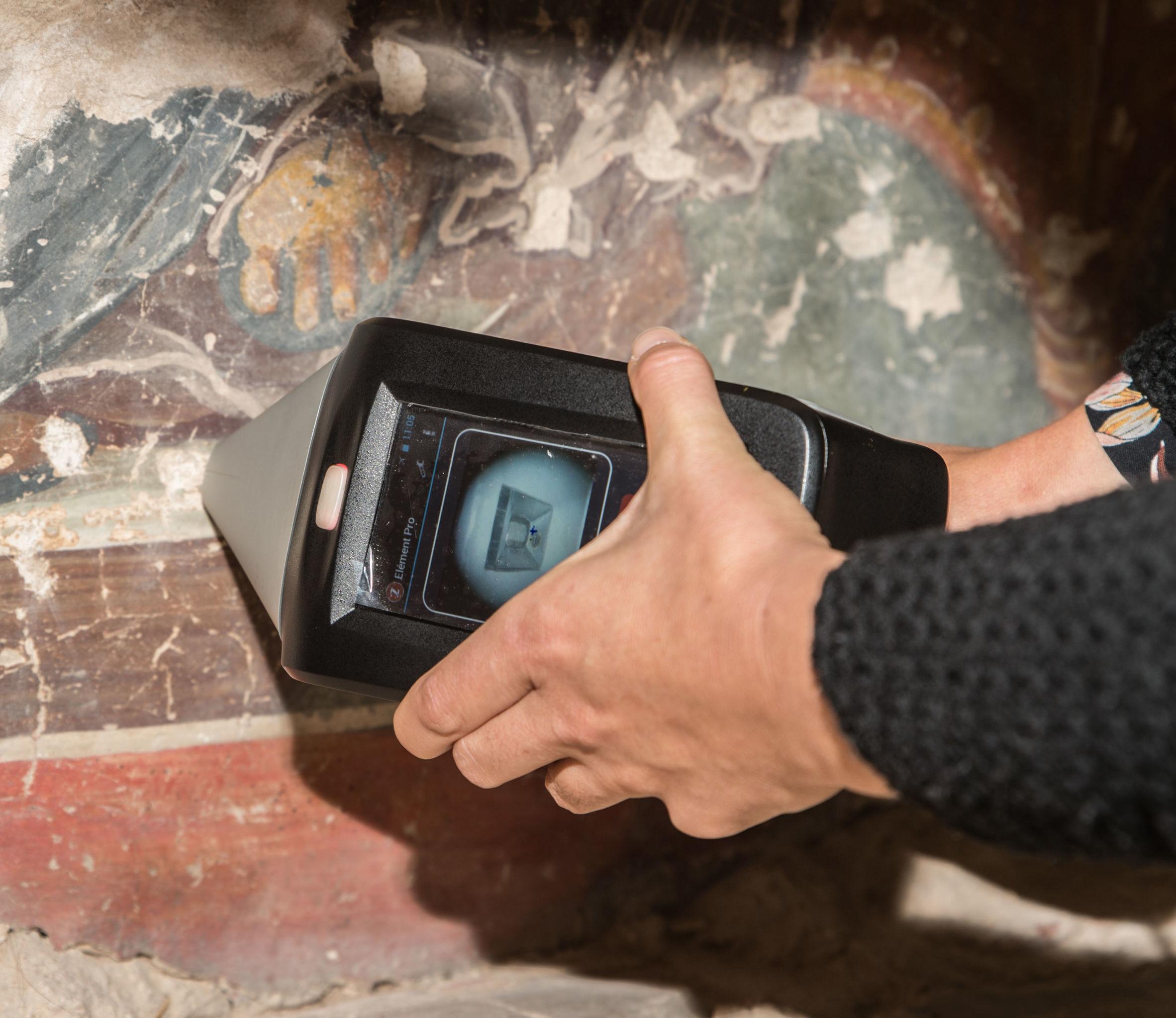 Stéphanie Duchêne analysant à l'aide du LIBS des fresques de Théophane le Grec dans l'église de la Transfiguration-du-Sauveur-sur-Iline à Novgorod