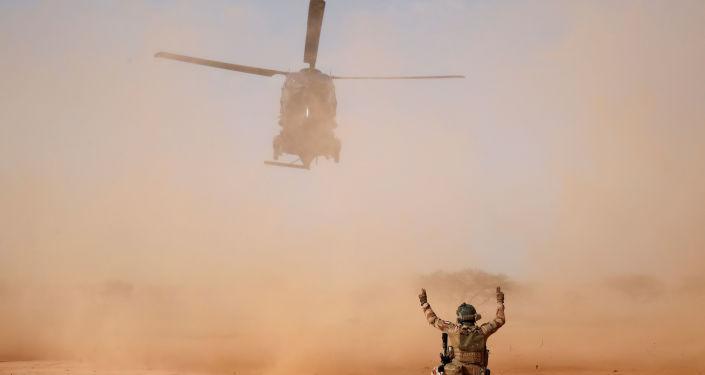 Atterrissage d'un hélicoptère de la Force Barkhane à Ndaki.
