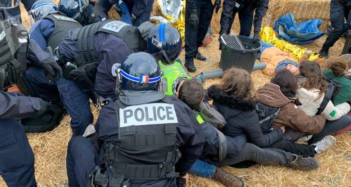 Évacuation des militants d'ANV-COP21 et des Amis de la Terre, 28 novembre 2019