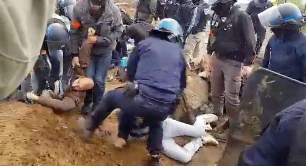 Délogement violent de militants du «Block Friday» par la police lyonnaise – vidéo
