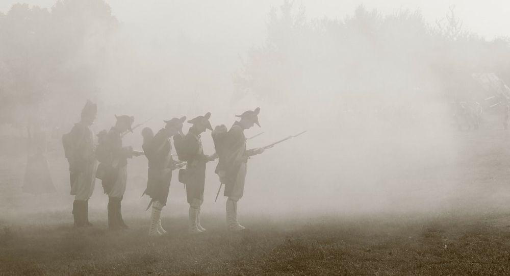 Des hommes en tenue de Napoléon