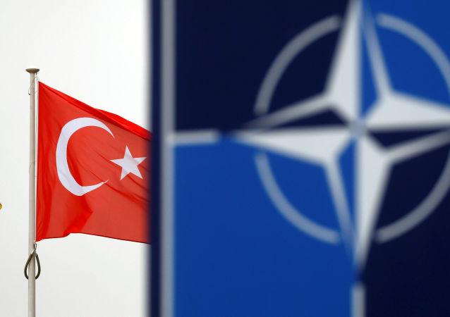 Drapeau turc et drapeau de l'Otan