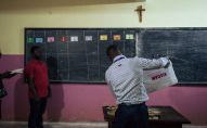Des officiers d'Elections Cameroon, l'organe chargé d'organiser les élection au Cameroun.