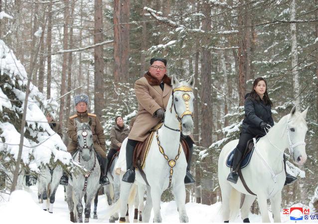 Kim Jong-un chevauchant dans la neige