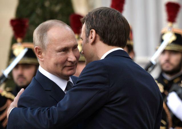 Emmanuel Macron accueille Vladimir Poutine au palais de l'Élysée
