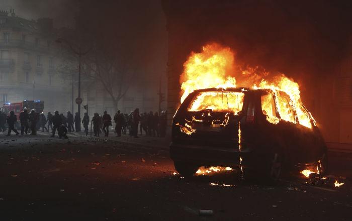 Une voiture de police en flammes.
