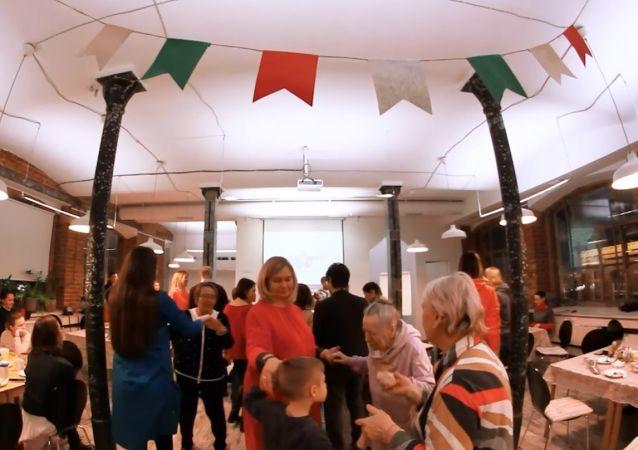 Des personnes atteintes par la maladie d'Alzheimer et leurs proches se réunissent au premier саfé mémoire à Moscou