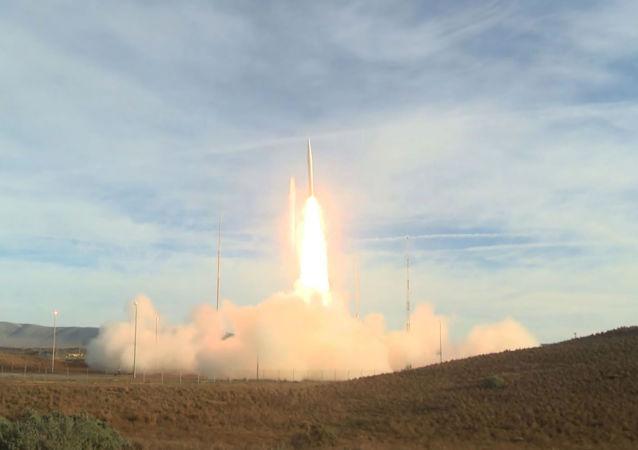 le test d'un nouveau missile balistique non nucléaire de portée moyenne à la base aérienne de Vandenberg, en Californie