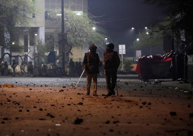 Des policiers près de l'université Jamia Millia Islamia à New Delhi