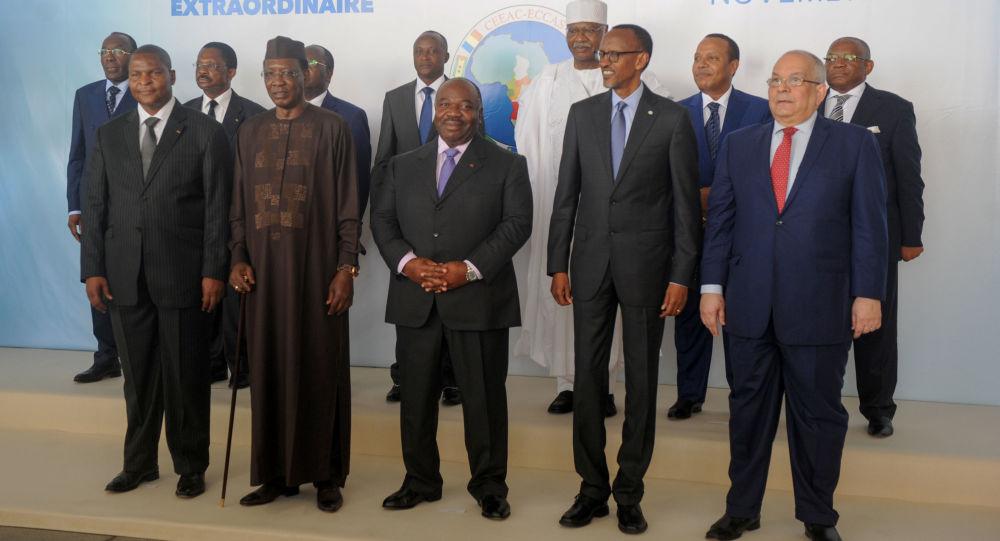 Les chefs d'État de la CEEAC et d'autres officiels posent lors du 8e sommet extraordinaire du 30 novembre 2016 à Libreville.