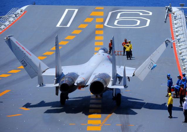 Un chasseur chinois J-15 à bord du porte-avions Liaoning (archive photo)