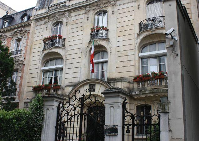 Drapeau iranien hissé au-dessus de l'ambassade d'Iran en France