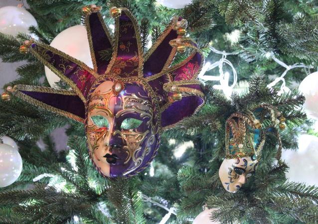 Un arbre de Noël décoré des célèbres masques du carnaval de Venise.