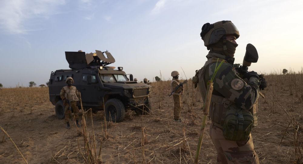 Un soldat français de l'opération Barkhane patrouille dans le nord du Burkina Faso, 9 novembre 2019