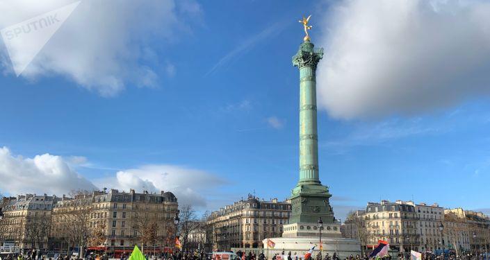 Les Gilets jaunes et des syndicats dans les rues de Paris pour manifester contre la réforme des retraites