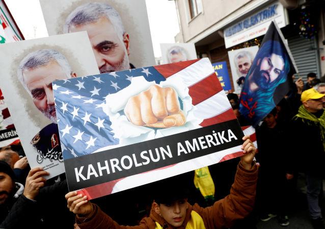 Une manifestation contre le meurtre du major-général iranien Qassem Soleimani, chef de la force d'élite Quds, décédé lors d'une frappe aérienne à l'aéroport de Bagdad, qui se déroule à l'extérieur du consulat américain à Istanbul, Turquie, le 5 janvier 2020.