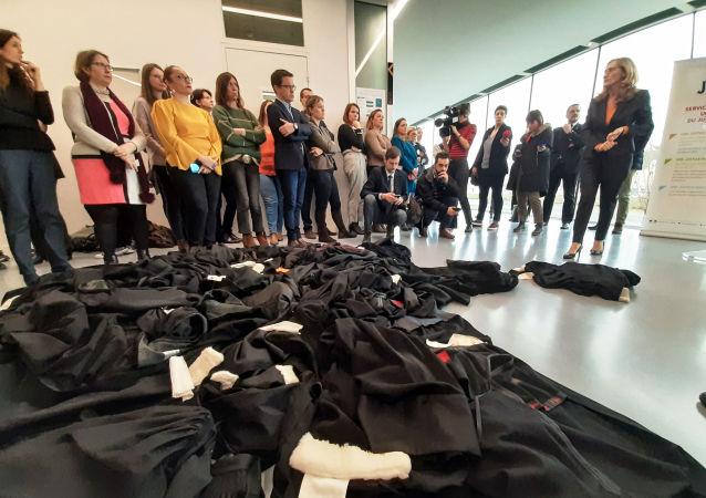 Des avocats français jettent leur robes par terre face à Nicole Belloubet, Garde des sceaux, lors de la visite de la ministre à Caen, le 8 janvier 2020