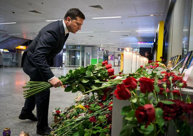 Le Président ukrainien Volodymyr Zelensky dépose des fleurs pour commémorer les victimes de l'accident du Boeing 737-800 d'Ukraine International Airlines