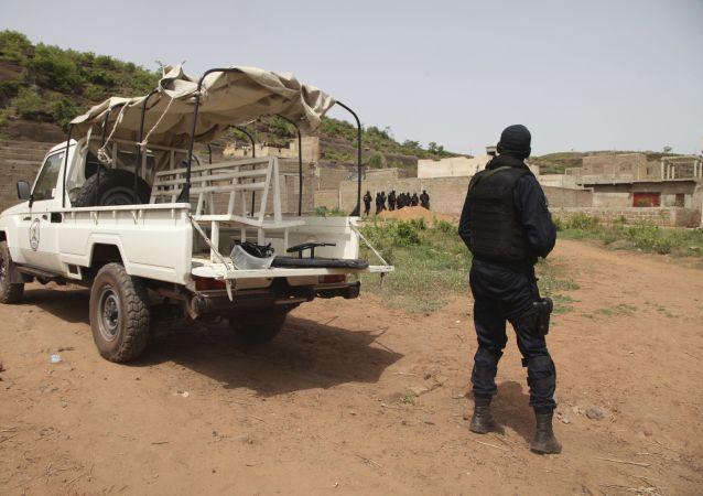 Un policier devant le Campement Kangaba, un hôtel de luxe près de Bamako, au Mali