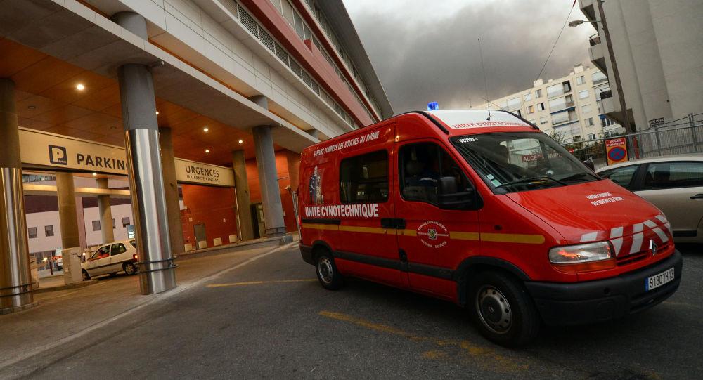 Un véhicule de l'unité cynotechnique des marins pompiers de Marseille sort de de la maternité de l'hôpital Saint-Joseph à Marseille, le 28 août 2012, après y avoir mené des investigations à la suite de la disparition d'un nourrisson,constatée dans la nuit. AFP PHOTO/GERARD JULIEN GERARD JULIEN / AFP