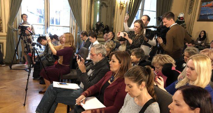 Lors d'une conférence de presse d'ouverture des « Saisons russes» en France