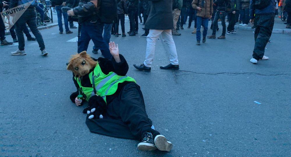 «J'ai le sida, tu vas crever»: avant d'être filmé au sol, ce manifestant aurait craché sur le policier qui l'a frappé