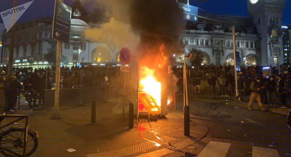 Policier frappant un manifestant plaqué au sol: le parquet de Paris ouvre une enquête
