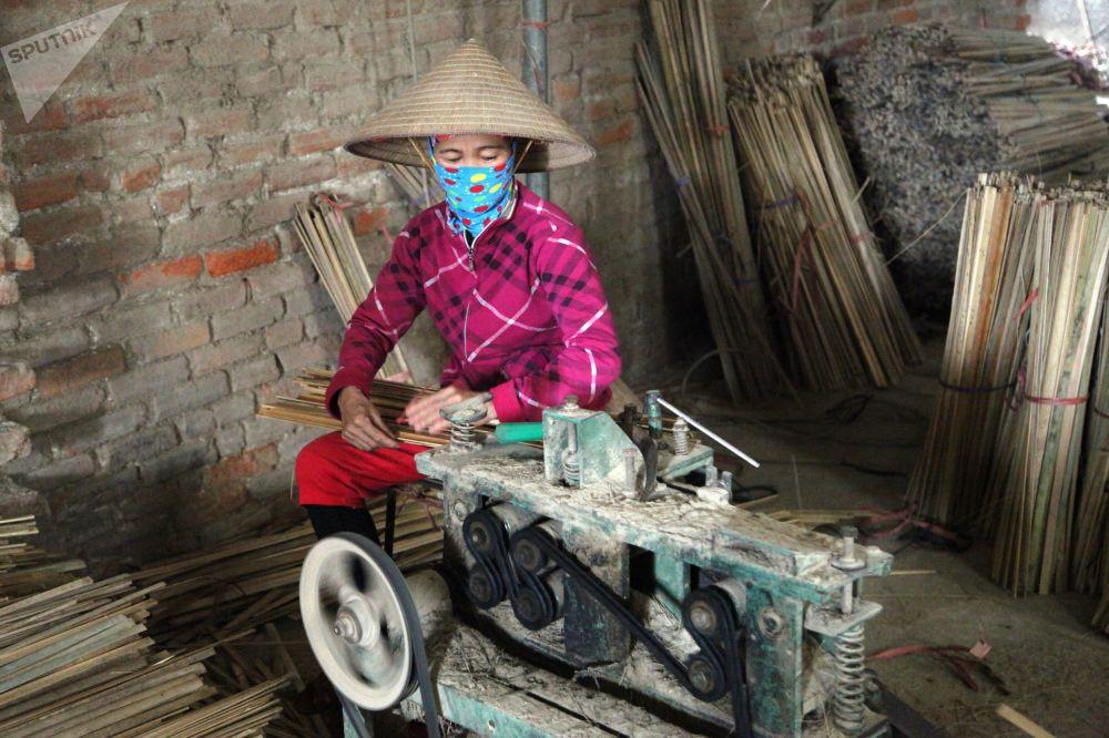 Maintenant, la productivité du travail s'est accrue grâce à l'emploi de machines-outils.