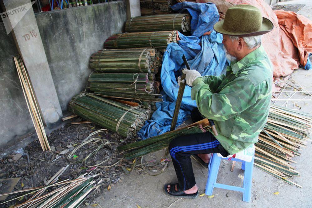 Auparavant, les bâtonnets d'encens étaient fabriqués à la main.