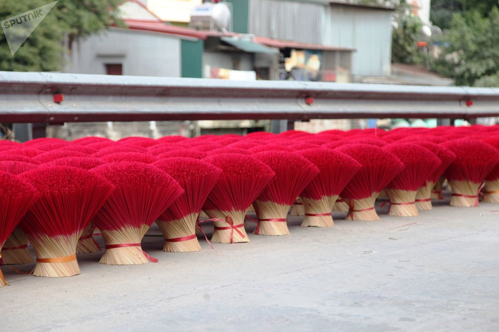Fabrication artisanale de bâtonnets d'encens dans un village vietnamien.
