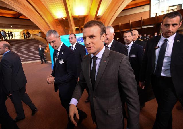 Emmanuel Macron et ses gardes du corps