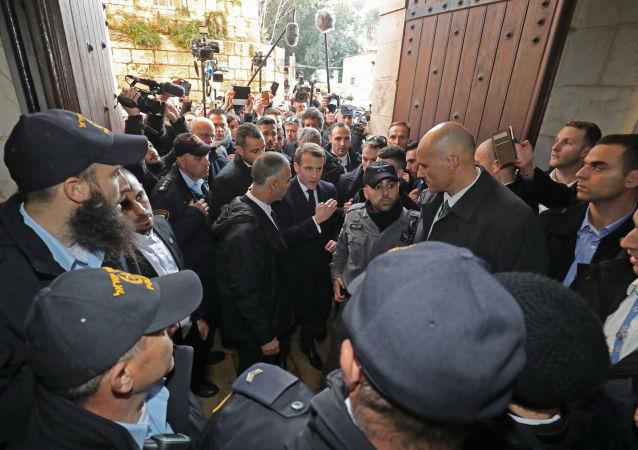 Emmanuel Macron devant la basilique Saint-Anne