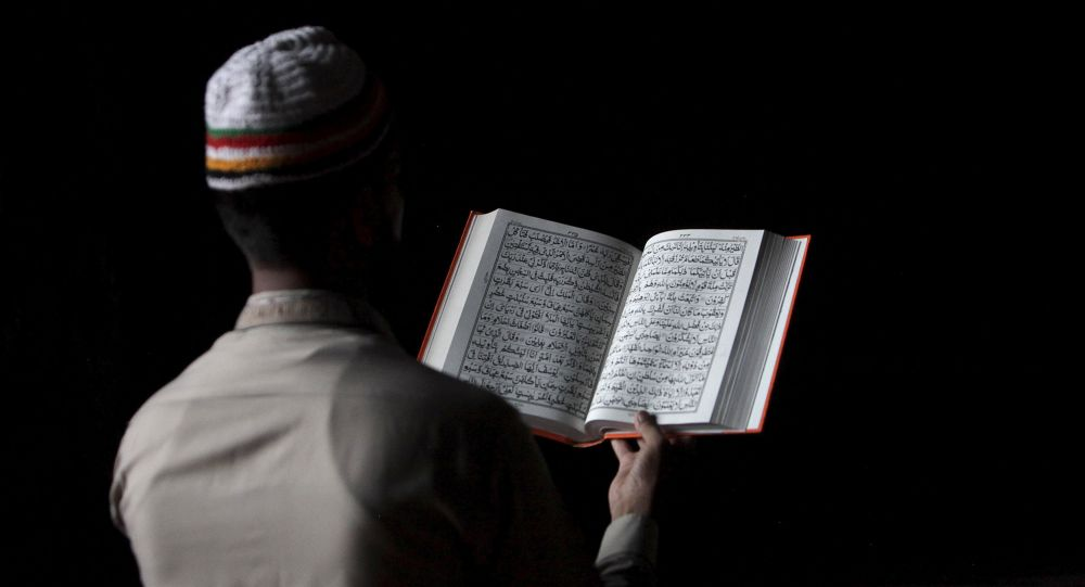 Un musulman lisant le Coran (Image d'illustration)