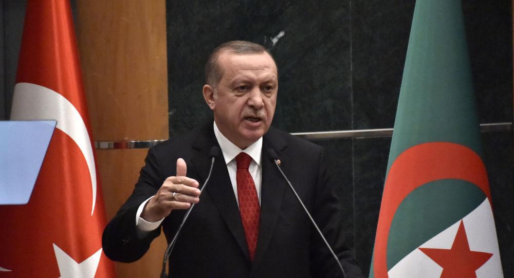 Le Président turc Recep Tayyip Erdogan à la tribune du Forum économique d'Alger, le 27 février 2018.