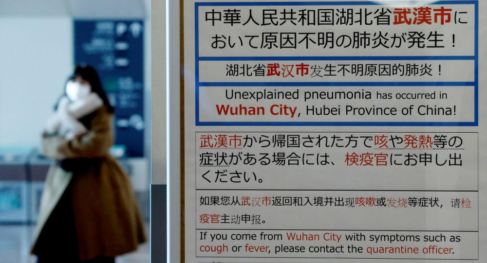 Une femme portant une masque dans un aéroport japonais