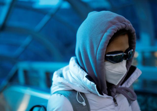 Une femme portant un masque à Pékin