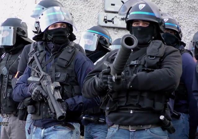 Des policiers avec des LBD (image d'illustration)