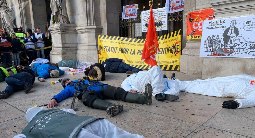 Fonction publique et Police scientifique: action commune contre la réforme des retraites devant l'Opéra Garnier