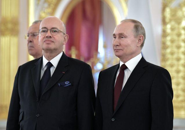 Pierre Lévy (à gauche) et Vladimir Poutine