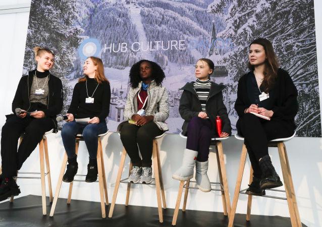 L'activiste ougandaise Vanessa Nakate en compagnie de Greta Thunberg et d'autres activistes pour le climat à Davos, le 24 janvier 2020.