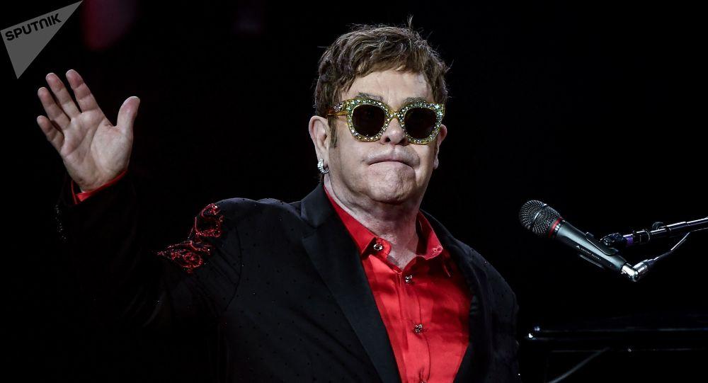 Elton John poursuit sa tournée malgré la pneumonie