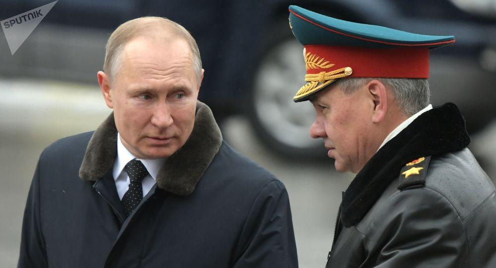 Le Président russe Vladimir Poutine et le ministre russe de la Défense Sergueï Shoïgou, le 23 février 2020