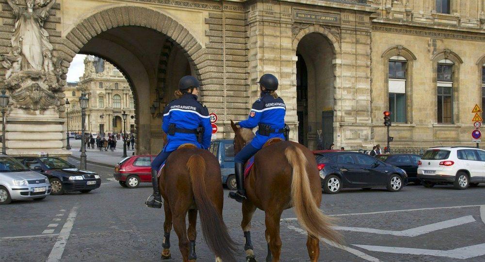 Un candidat aux municipales monte à cheval en plein Paris pour sa campagne