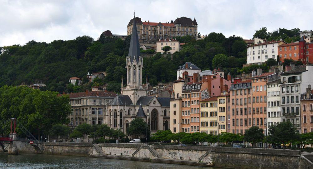 Un homme se venge de ses voisins avec de l'ammoniaque à Lyon, cinq blessés