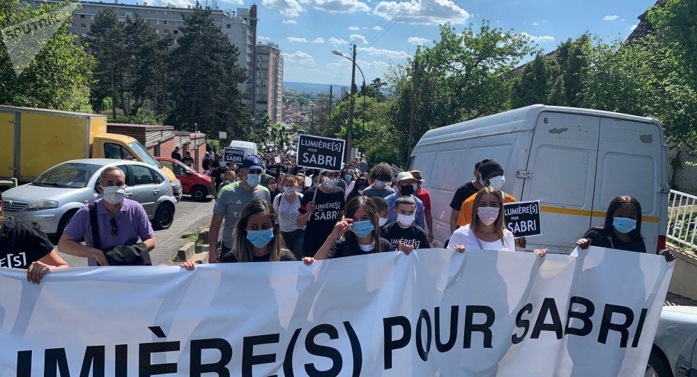 Une marche blanche en hommage à Sabri, mort à moto, rassemble des centaines de personnes à Argenteuil - images