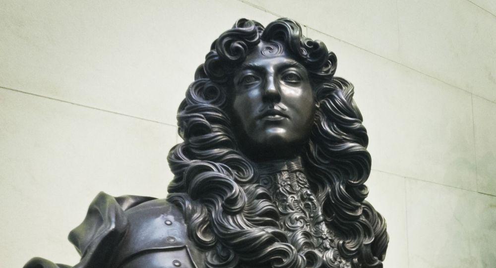 À Caen, ceux qui protégeaient une statue de Louis XIV sont traités de «fachos» - vidéo