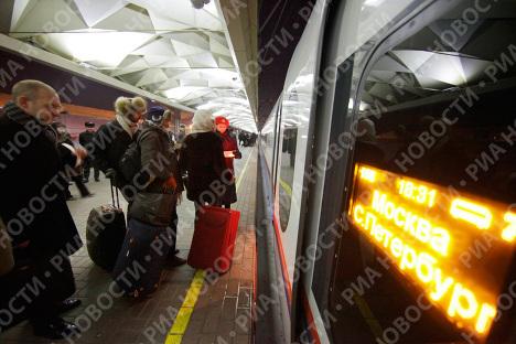 Сапсан отправился в первый регулярный рейс из Москвы в Санкт-Петербург