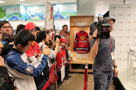В Олимпийском магазине в Ванкувера во время автограф-сессии Александра Овечкина