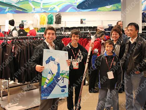 В Олимпийском магазине Ванкувера во время автограф-сессии Александра Овечкина