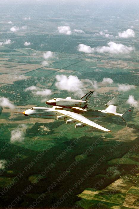 Самолет АН-225 Мрия с космическим кораблем Буран в полете
